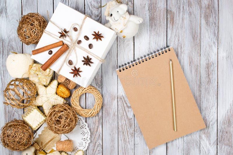 Kerstmisdecoratie, kaart en potlood over houten achtergrond Het concept van de de wintervakantie Ruimte voor tekst stock foto