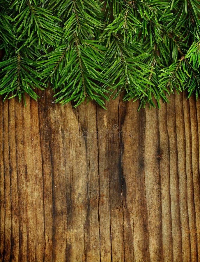 Kerstmisdecoratie, Kerstboom op uitstekend hout stock afbeelding