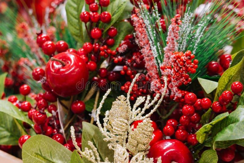 Kerstmisdecoratie met de tak van de pijnboomboom, appelen en rode bessen in sneeuw De vrolijke achtergrond van de Kerstmisdecorat stock fotografie