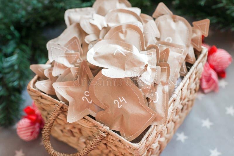 Kerstmisdecoratie met giften, komst stock afbeeldingen