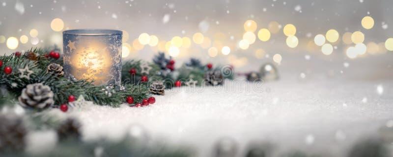 Kerstmisdecoratie met kaars en lichten royalty-vrije stock foto's