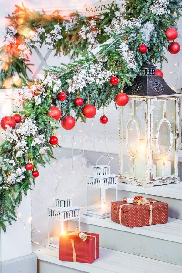 Kerstmisdecoratie met lantaarns stock foto's