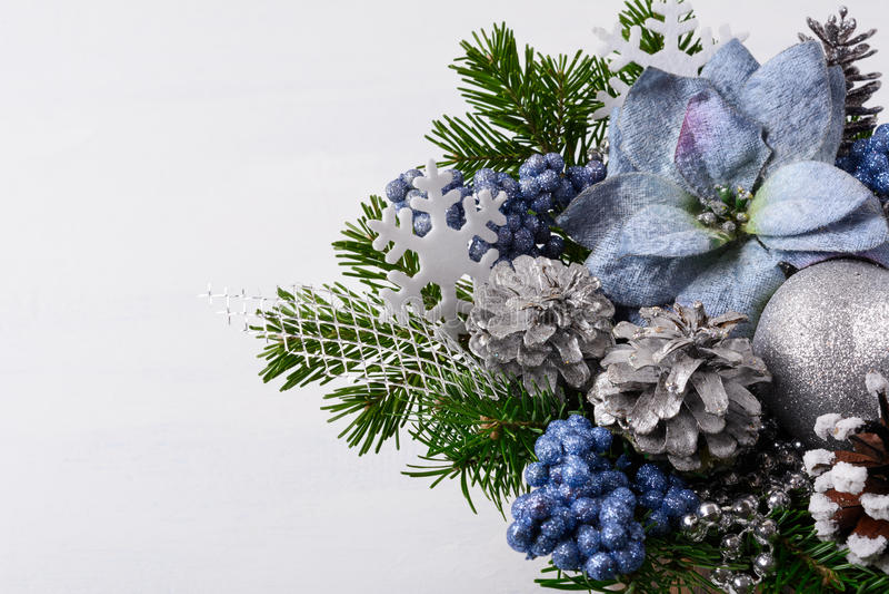 Kerstmisdecoratie met met de hand gemaakte sneeuwvlokken en blauwe zijde poin royalty-vrije stock afbeelding