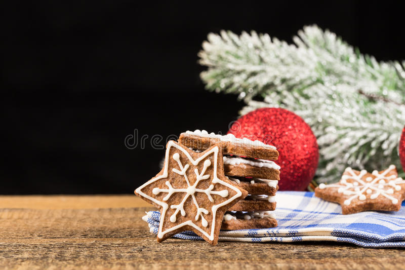 Kerstmisdecoratie met peperkoekkoekjes stock afbeeldingen