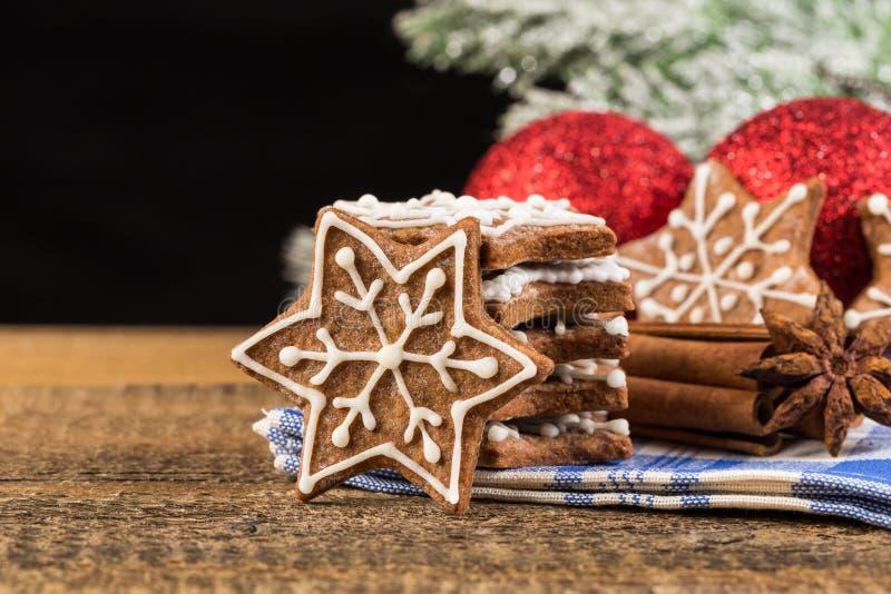 Kerstmisdecoratie met peperkoekkoekjes royalty-vrije stock foto's