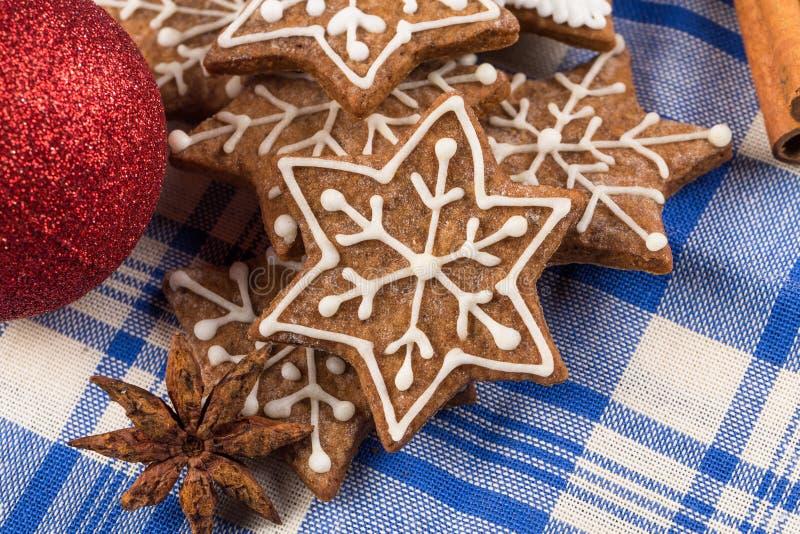 Kerstmisdecoratie met peperkoekkoekjes royalty-vrije stock foto