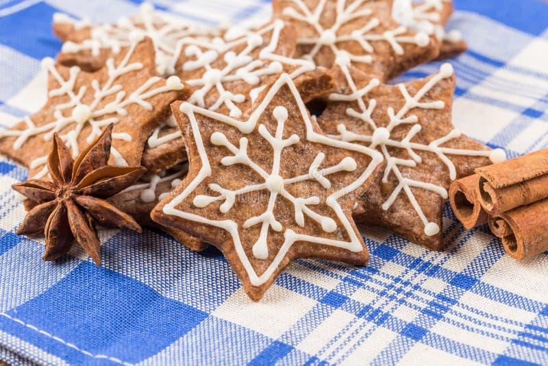 Kerstmisdecoratie met peperkoekkoekjes royalty-vrije stock afbeeldingen