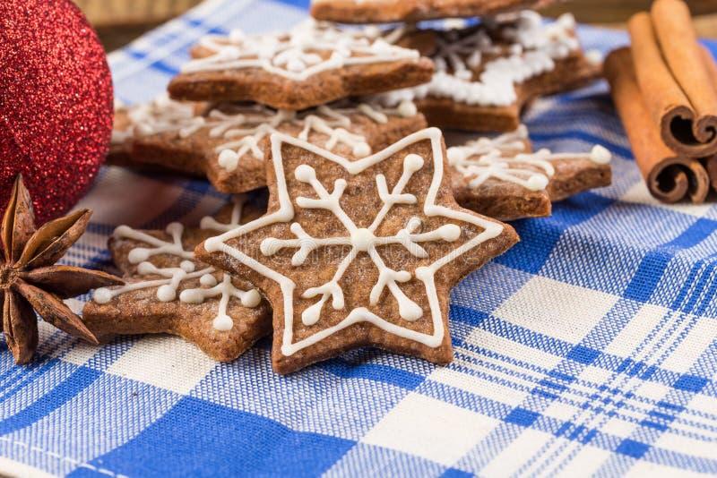 Kerstmisdecoratie met peperkoekkoekjes stock foto