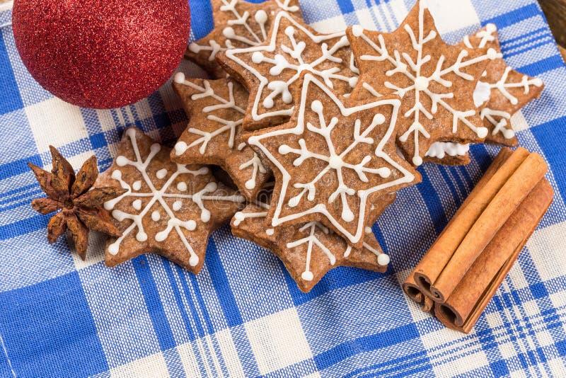 Kerstmisdecoratie met peperkoekkoekjes stock afbeelding
