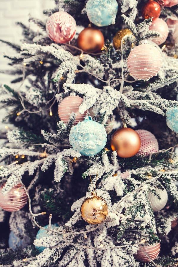 Kerstmisdecoratie met sneeuw stock afbeelding