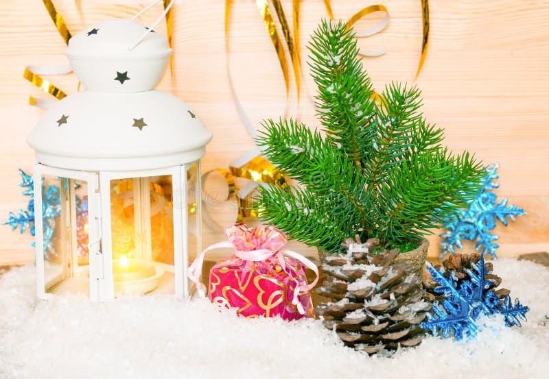 Kerstmisdecoratie met spar en kaarslicht stock fotografie
