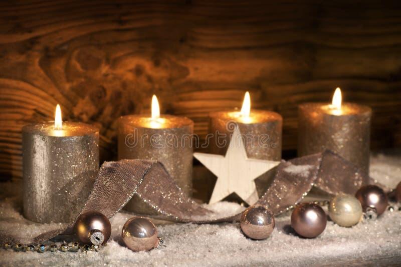 Kerstmisdecoratie met vier kaarsen stock foto's