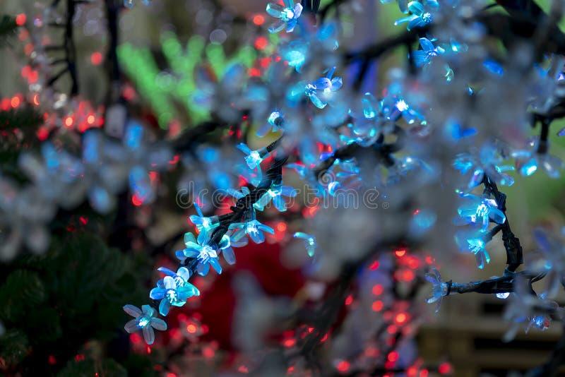 Kerstmisdecoratie, neonslingers, gloeiende bloemen, het binnenland van het nieuwe jaar royalty-vrije stock afbeeldingen