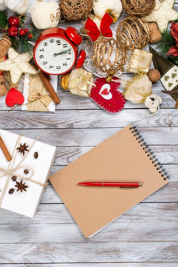 Kerstmisdecoratie, notitieboekje en pen over houten achtergrond Het concept van de de wintervakantie Ruimte voor tekst royalty-vrije stock foto