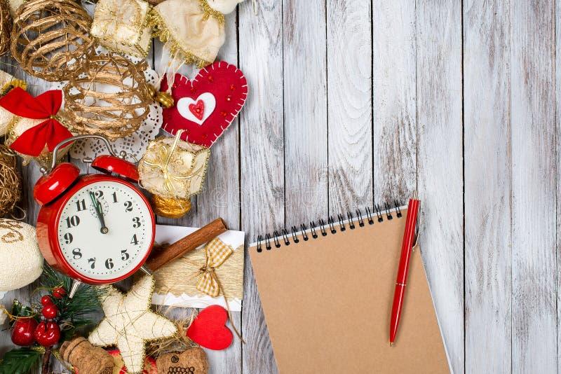Kerstmisdecoratie, notitieboekje en pen over houten achtergrond Het concept van de de wintervakantie Ruimte voor tekst stock foto