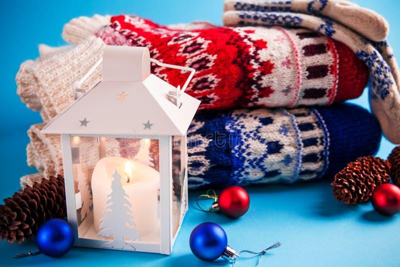 Kerstmisdecoratie op blauwe achtergrond stock fotografie
