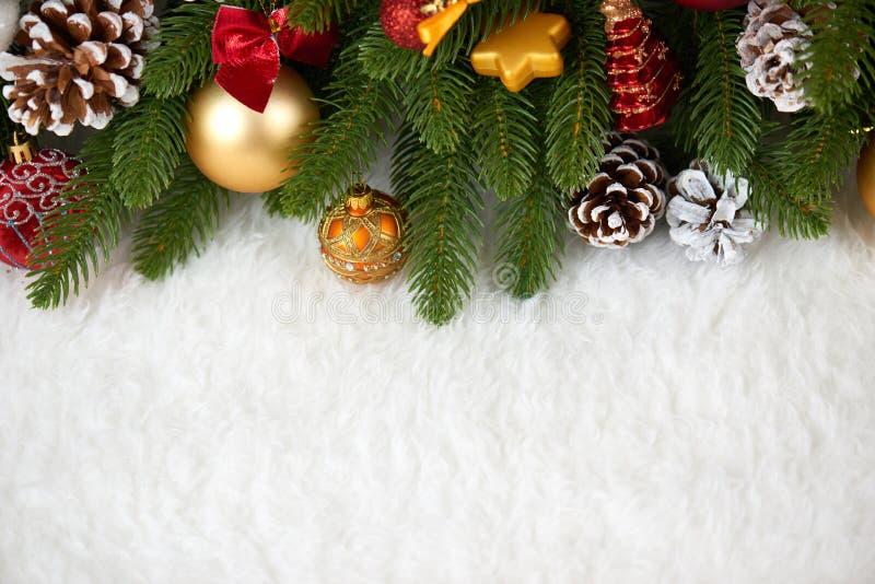 Kerstmisdecoratie op de close-up van de sparrentak, giften, Kerstmisbal, kegel en ander voorwerp op wit leeg ruimtebont, vakantie stock afbeeldingen