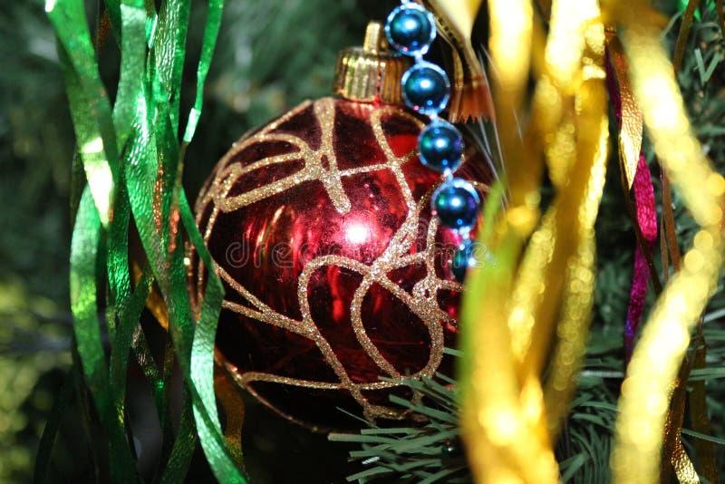 Kerstmisdecoratie op de Kerstboom voor een feestelijke stemming en een mooi decor stock foto
