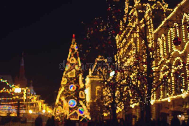 Kerstmisdecoratie op de straat, kleurrijke vakantie bokeh lichten stock fotografie