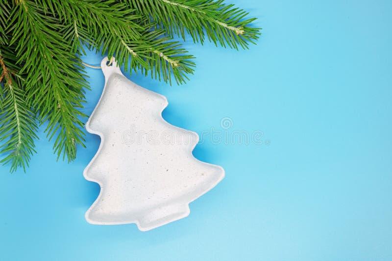 Kerstmisdecoratie op een de lentes net close-up, Kerstmisachtergrond, Kerstmisstemming, malplaatje voor tekst, plaats voor tekst stock fotografie