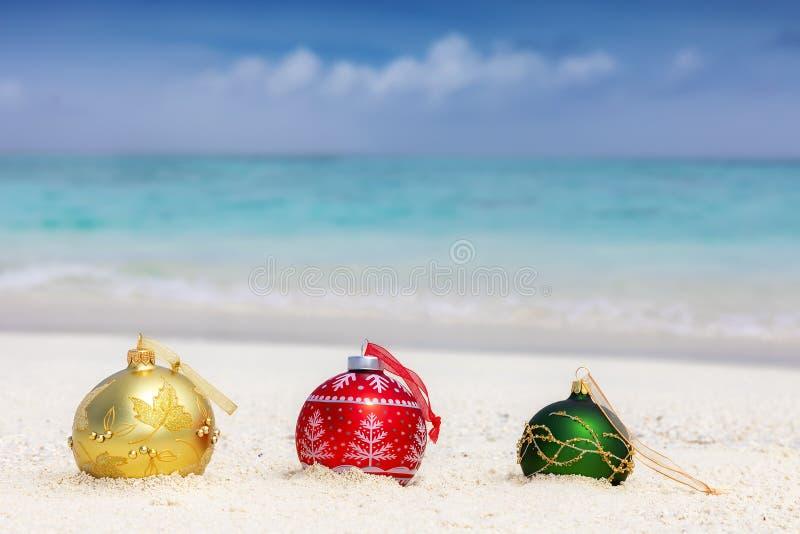 Kerstmisdecoratie op een tropisch strand royalty-vrije stock fotografie