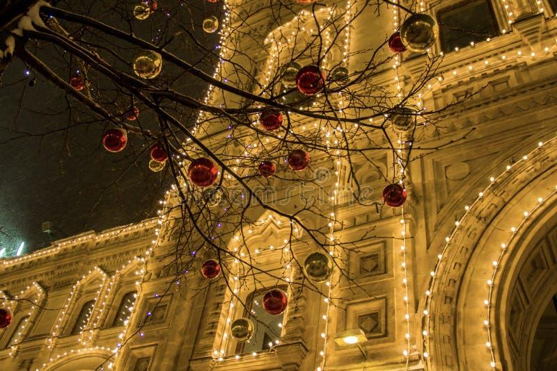 Kerstmisdecoratie op een voorgevel, kleurrijke vakantielichten, de verlichting van de stadsnacht Nieuwjaar in Moskou, Rusland Zwa stock fotografie
