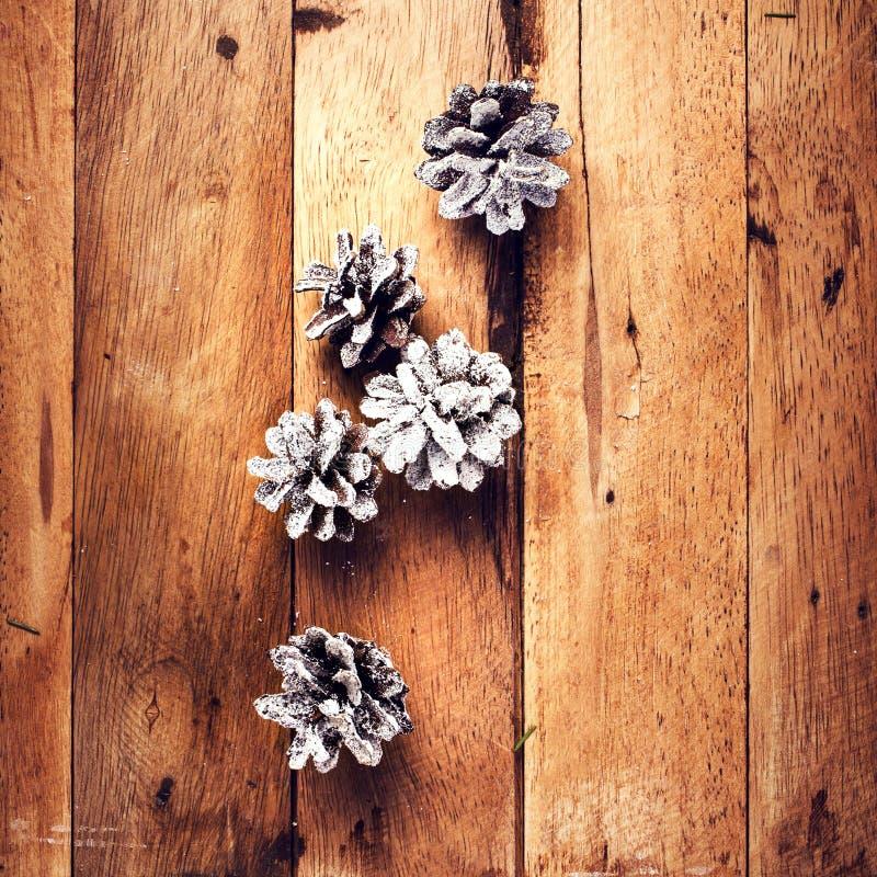 Kerstmisdecoratie op houten achtergrond. Denneappels op oud w royalty-vrije stock afbeeldingen