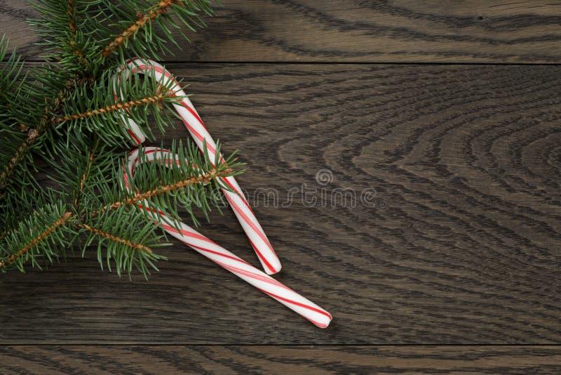 Kerstmisdecoratie op oude eiken lijst royalty-vrije stock fotografie