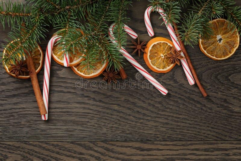 Kerstmisdecoratie op oude eiken lijst stock foto