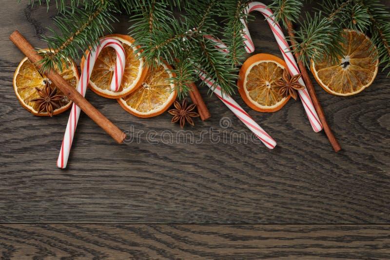 Kerstmisdecoratie op oude eiken lijst stock afbeelding