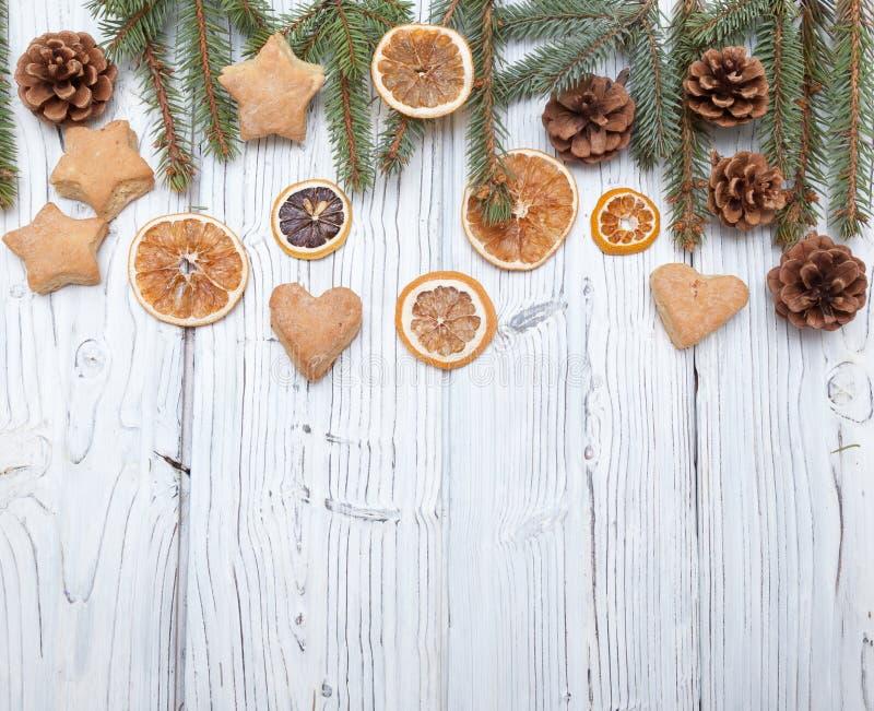 Kerstmisdecoratie op oude grunge houten raad royalty-vrije stock afbeeldingen