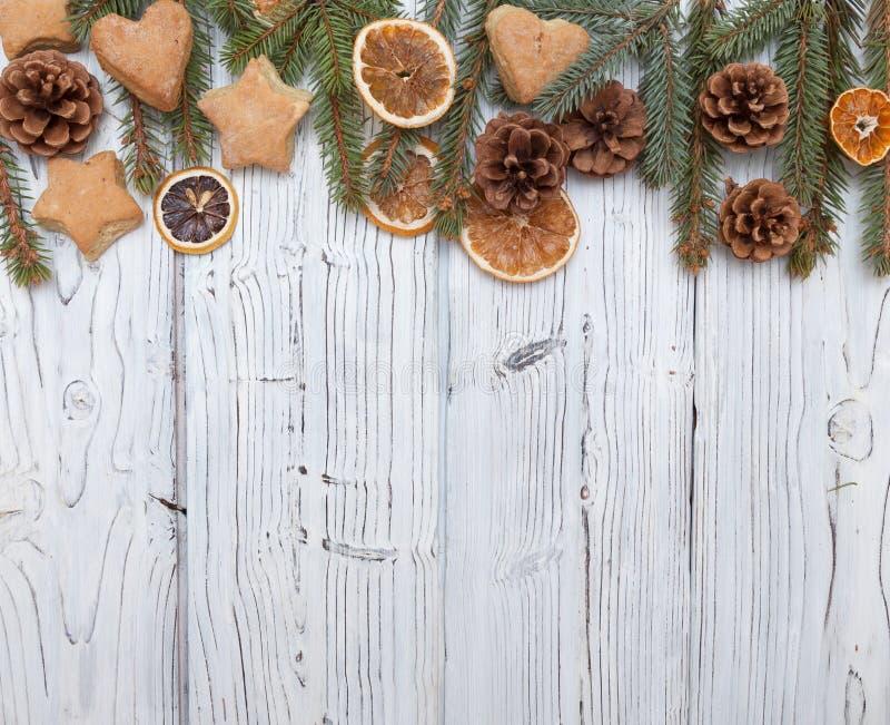 Kerstmisdecoratie op oude grunge houten raad royalty-vrije stock foto's