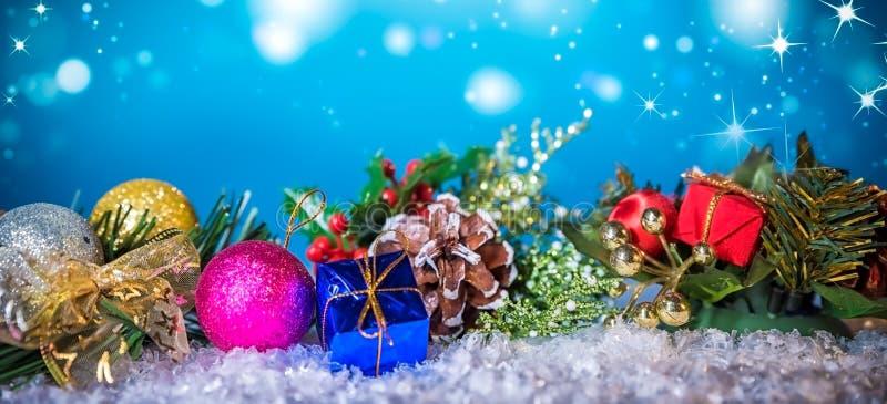 Kerstmisdecoratie op sneeuw onder blauwe achtergrond stock afbeelding