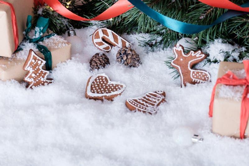 Kerstmisdecoratie op witte sneeuw stock afbeelding