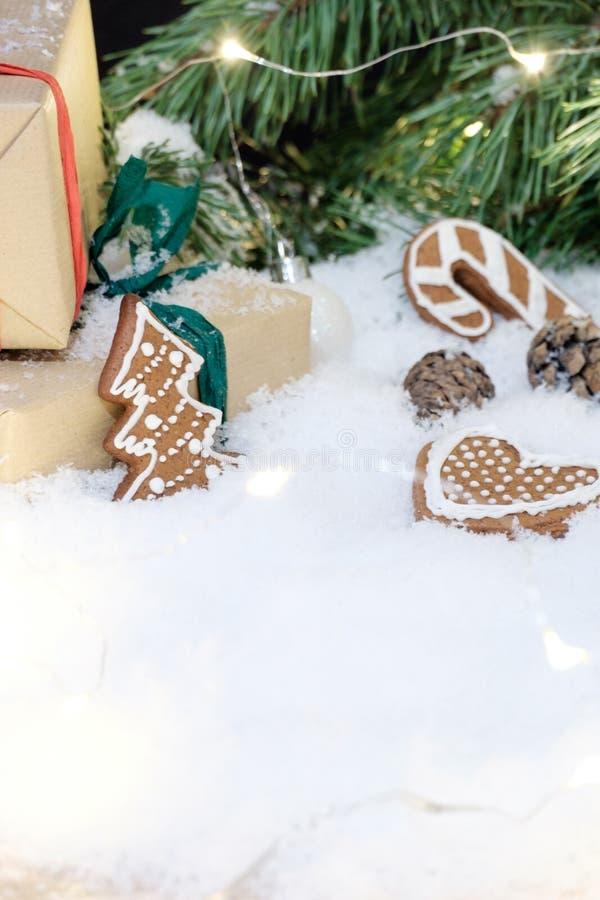 Kerstmisdecoratie op witte sneeuw stock foto's