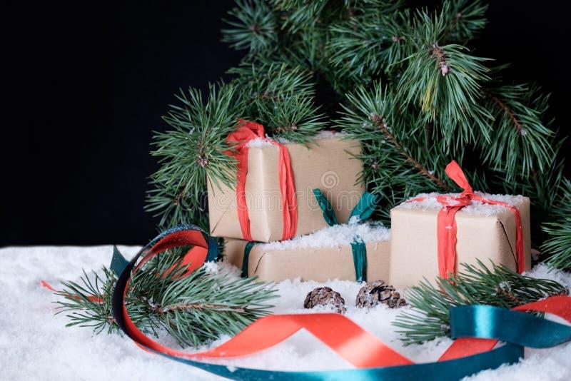 Kerstmisdecoratie op witte sneeuw stock fotografie
