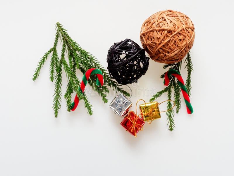 Kerstmisdecoratie of ornament in kadervorm wordt gelegd uit groene pijnboomtak, rood en groen riet dat, bruine en zwarte houten b royalty-vrije stock afbeeldingen