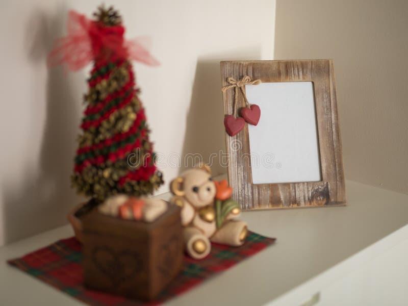 Kerstmisdecoratie, Ornamenten en Houten Fotokader op een Meubilair op de Algemene Vergadering stock afbeelding