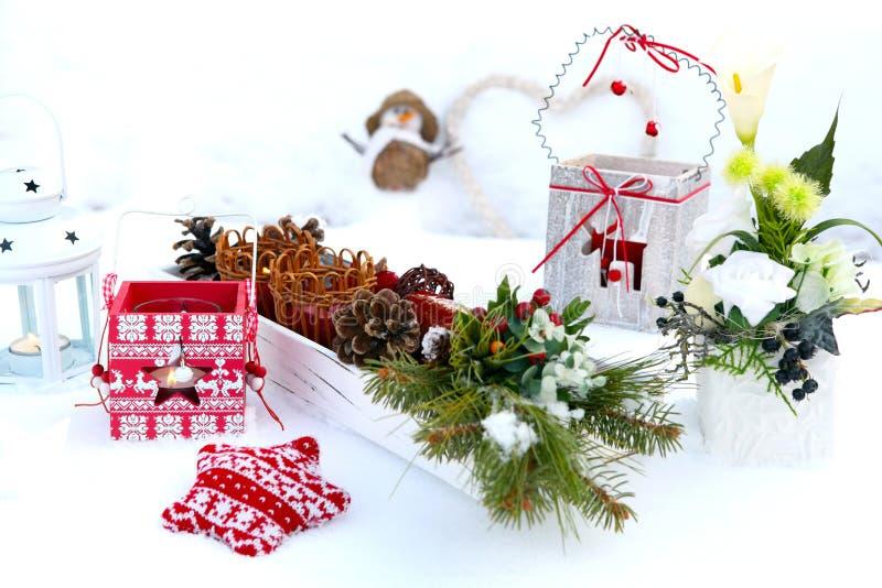 Kerstmisdecoratie in sneeuw royalty-vrije stock foto's