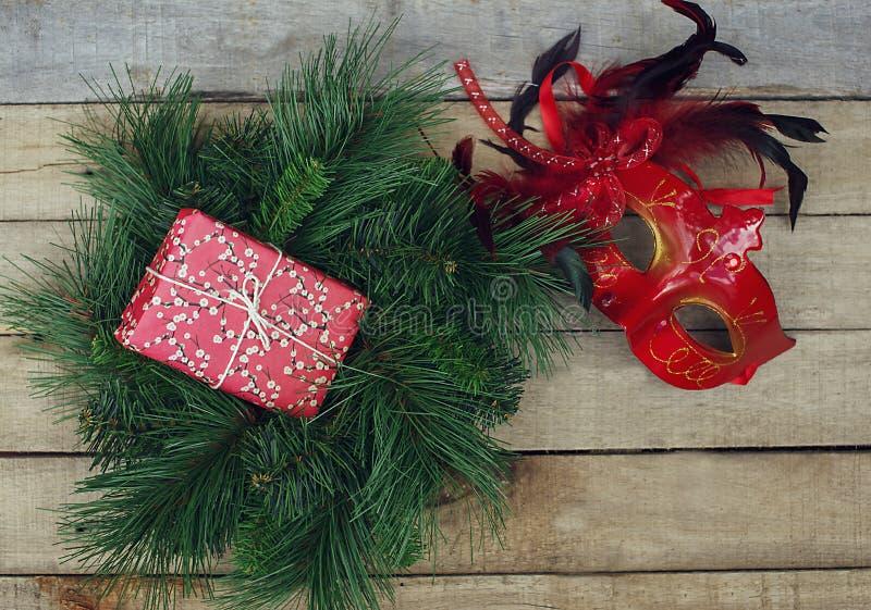 Kerstmisdecoratie: sparkroon, giftdoos en Carnaval-masker stock afbeelding