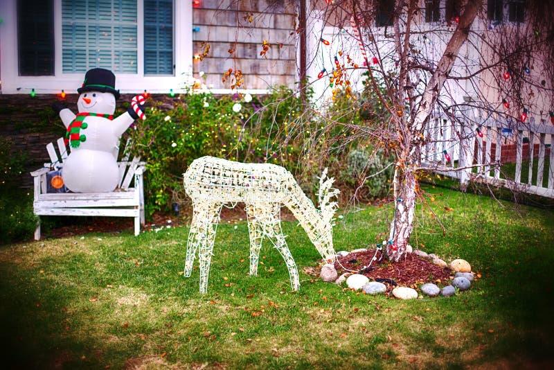 Kerstmisdecoratie in tuin met sneeuwman en herten royalty-vrije stock fotografie