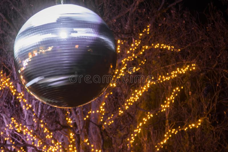 Kerstmisdecoratie, unieke plaatsing met lichten op de straat stock afbeelding