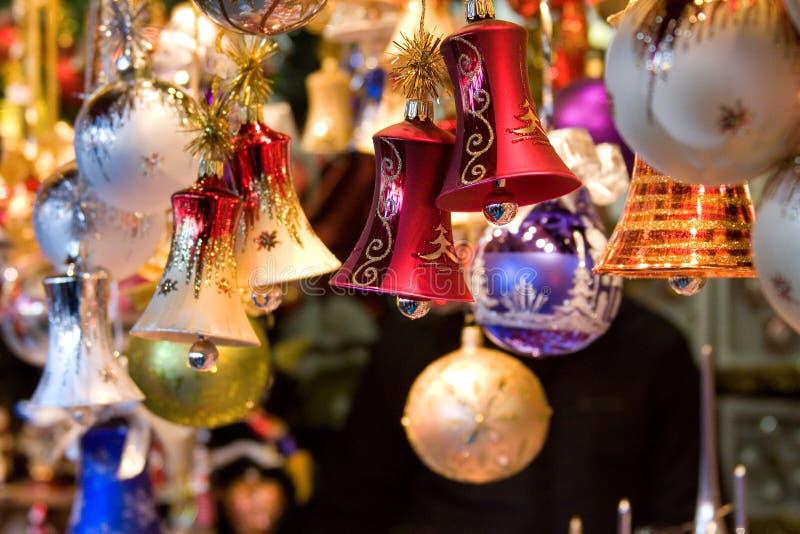 Kerstmisdecoratie van ballen en klokken stock afbeeldingen