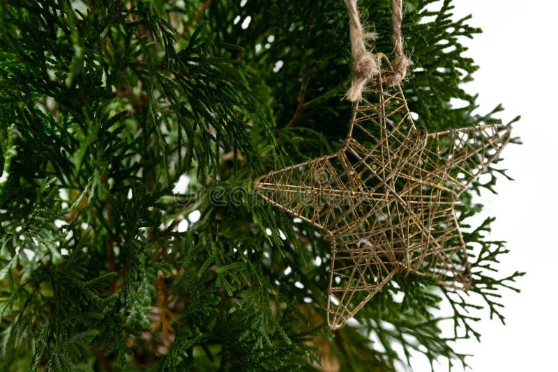 Kerstmisdecoratie van de stervorm het hangen op Kerstmisboom stock afbeelding
