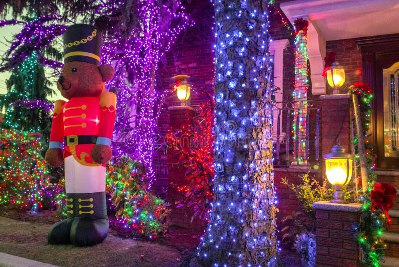 Kerstmisdecoratie van huizen in de buurt van Dyker-Hoogten, in zuidwesten van Brooklyn, in New York De V.S. stock foto