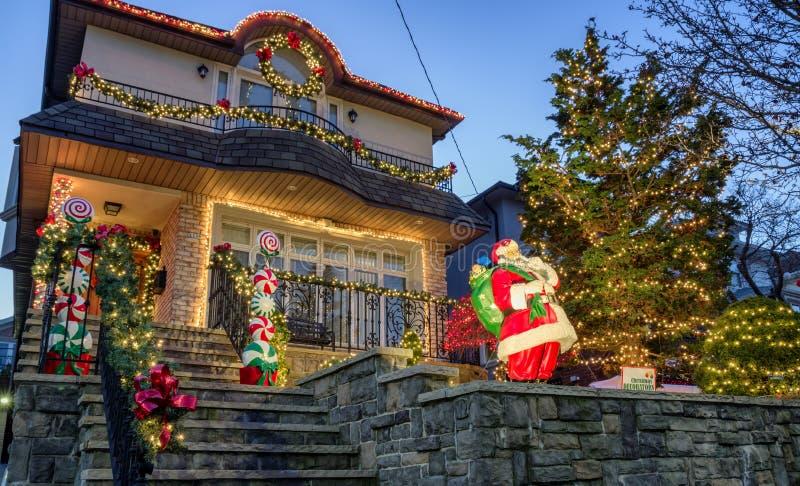 Kerstmisdecoratie van huizen in de buurt van Dyker-Hoogten, in zuidwesten van Brooklyn, in New York De V.S. royalty-vrije stock afbeelding
