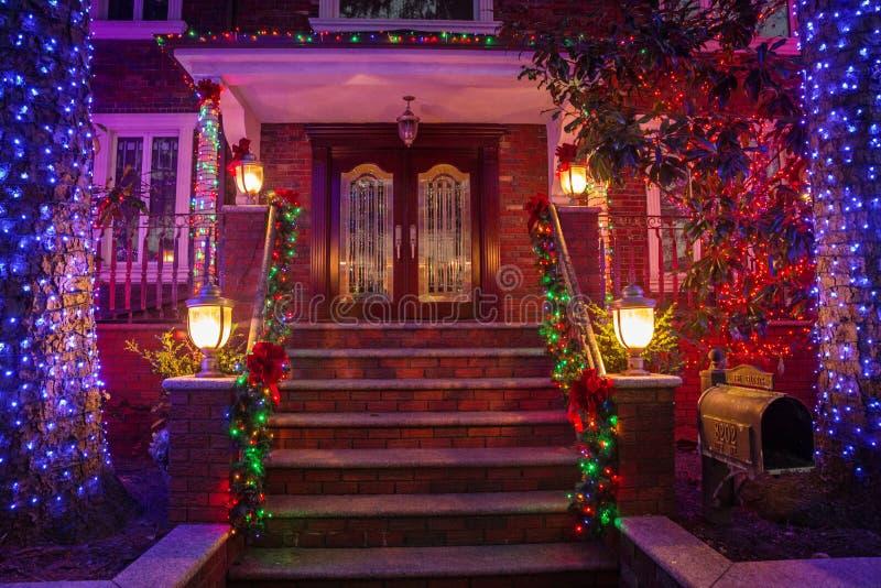 Kerstmisdecoratie van huizen in de buurt van Dyker-Hoogten, in zuidwesten van Brooklyn, in New York De V.S. stock fotografie