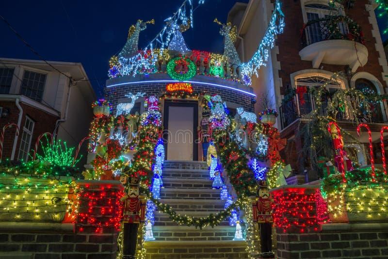 Kerstmisdecoratie van huizen in de buurt van Dyker-Hoogten, in zuidwesten van Brooklyn, in New York De V.S. stock afbeeldingen