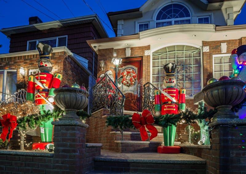 Kerstmisdecoratie van huizen in de buurt van Dyker-Hoogten, in zuidwesten van Brooklyn, in New York De V.S. royalty-vrije stock foto