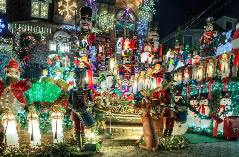 Kerstmisdecoratie van huizen in de buurt van Dyker-Hoogten, in zuidwesten van Brooklyn, in New York De V.S. stock afbeelding